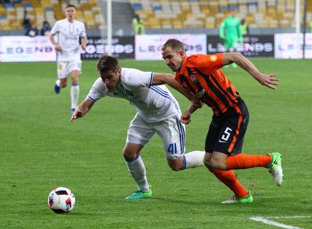 KYIV, DE OEKRA�NE - APRIL 21, 2017: Artem Besedin van FC Dynamo Kyiv (L) vecht voor een bal met Oleksandr Kucher van Shakhtar Donetsk (C) tijdens hun Oekraïens Eerste competitiegame in Kyiv, Oekraïne