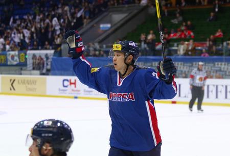 키예프, 우크라이나 - 4 월 (25), 2017 : 한국의 AHN 진 후이 IIHF 동안 2017 아이스 하키 세계 선수권 대회 DIV 1 그룹 키예프, 우크라이나에서 스포츠의 궁전에