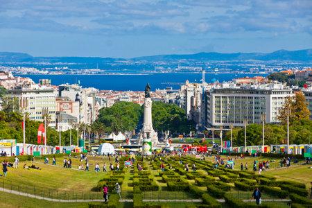 drapeau portugal: LISBONNE, PORTUGAL - 10 juin 2013: Eduardo VII Park, parc public dans le centre de la ville de Lisbonne, Portugal. Le parc occupe une superficie de 26 hectares au nord de l'Avenida da Liberdade