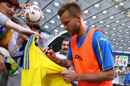 autograph: KYIV, UKRAINE - JUNE 2, 2017: Player Andriy Yarmolenko gives autograph during Open training session of Ukraine National Football Team at NSC Olimpiyskyi stadium in Kyiv, Ukraine