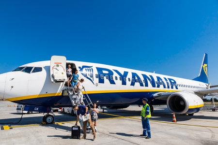 BORDEAUX, FRANCE - 12 JUIN 2017: Les passagers débarquent d'un Boeing 737-8AS (numéro EI-DCK), exploité par RyanAir à Bordeaux-Merignac Airport (BOD). Ryanair est une compagnie aérienne irlandaise low cost