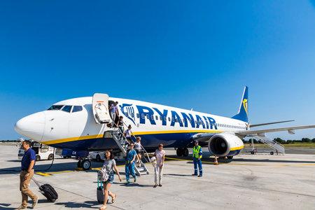 보르도, 프랑스 - 2017 년 6 월 12 일 : 보잉 737-8AS (등록 번호 EI-DCK)에서 내리는 승객, RyanAir가 보르도 - 메리 냑 공항 (BOD)에서 운항합니다. Ryanair는 아일랜