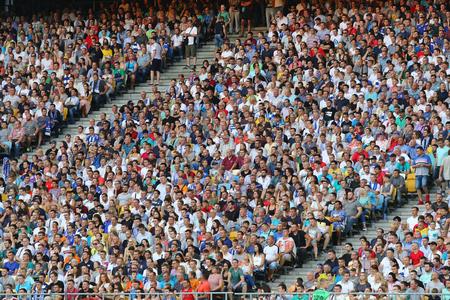 KYIV, UCRÂNIA - 26 DE DEZEMBRO DE 2017: tribunas lotadas do estádio NSC Olimpiyskyi em Kiev durante o terceiro jogo da fase de qualificação da UEFA Champions League entre o FC Dynamo Kyiv e Young Boys Foto de archivo - 82909078