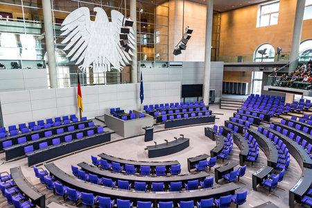 BERLÍN, ALEMANIA - 20 DE SEPTIEMBRE DE 2017: Interior del salón de plenos (sala de reuniones) del Parlamento alemán (Deutscher Bundestag). Edificio y sala de reuniones disponibles para el público entre sesiones plenarias