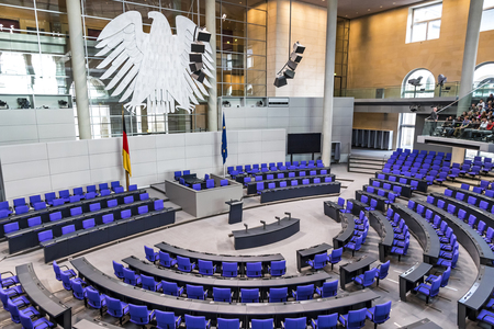 Berlin, Allemagne - 20 septembre 2017: Intérieur de la salle plénière (salle de réunion) du Parlement allemand (Deutscher Bundestag). Bâtiment et salle de réunion disponibles pour le public entre les sessions plénières