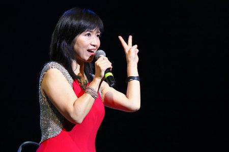 pianista: KYIV, UCRANIA - 28 DE OCTUBRE DE 2017: El pianista Keiko Matsui se realiza en etapa del palacio nacional de artes Editorial