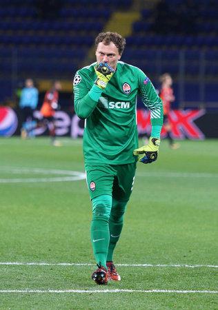 ganado: KHARKIV, UKRAINE - NOVEMBER 1, 2017: Goalkeeper Andriy Pyatov of Shakhtar Donetsk in action during UEFA Champions League game against Feyenoord at OSK Metalist stadium in Kharkiv. Shakhtar won 3-1