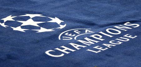 KHARKIV, UCRANIA - 1 DE NOVIEMBRE DE 2017: Logotipo oficial de la liga de campeones de UEFA en la alfombra durante juego de la liga de campeones de UEFA entre Shakhtar Donetsk y Feyenoord en el estadio de OSK Metalist en Járkov Editorial