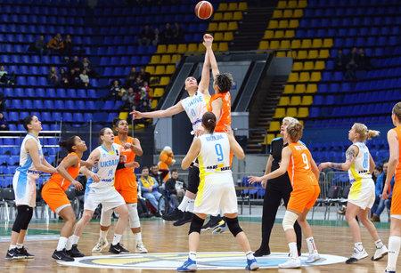 KYIV, UKRAINE - 14. FEBRUAR 2018: EuroBasket 2019 der FIBA-Frauen Spiel Ukraine (im Weiß) V die Niederlande (in der Orange) am Palast des Sports in Kyiv. Die Ukraine gewann 84-49
