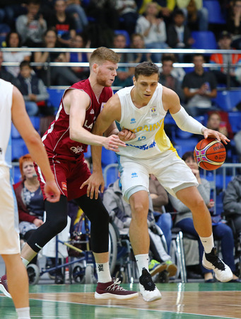 KYIV, UKRAINE - JULY 1, 2018: Davis Bertans of Latvia (L) and Vyacheslav Bobrov of Ukraine in action during their FIBA World Cup 2019 European Qualifiers game at Palace of Sports. Latvia won 93-71 Редакционное