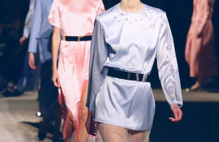 I modelli irriconoscibili camminano sulla passerella durante la sfilata di moda Archivio Fotografico
