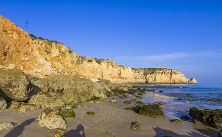 Praia do Porto de Mos, long beach in Lagos, Algarve region, Portugal. Beautiful golden beach, surrounded by impressive rock formations. 版權商用圖片