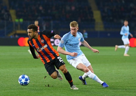 KHARKIV, UKRAINE - OCTOBER 23, 2018: Wellington Nem of Shakhtar Donetsk (L) fights for a ball with Kevin De Bruyne of Manchester City during their UEFA Champions League game at OSK Metalist stadium 報道画像