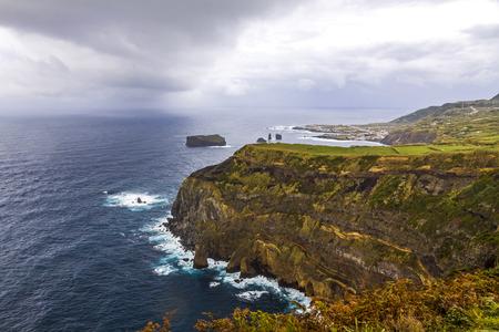 Costa del Océano Atlántico de la isla de Sao Miguel, la isla más grande del archipiélago portugués de las Azores.