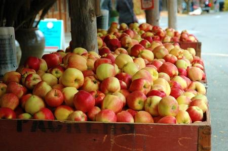 Bushels van appels op een straat markt Stockfoto