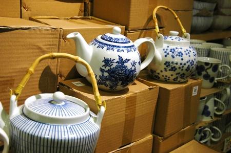 Asian looking tea pots in a shop Editöryel