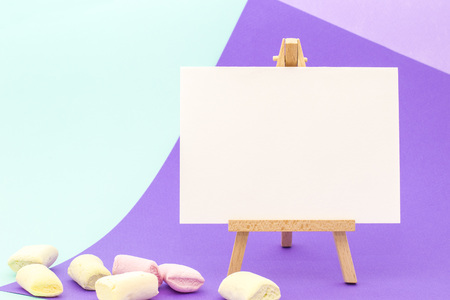 White paper on little easel on colorful violet and aquamarine background 版權商用圖片 - 89000499