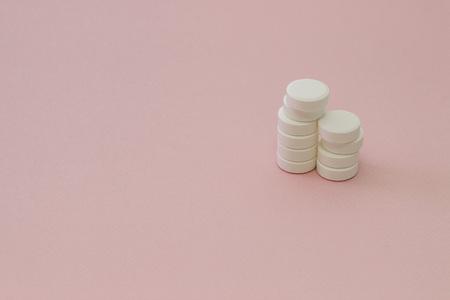 White set of pills on pink background 版權商用圖片