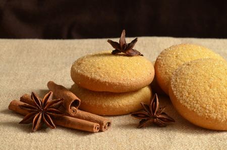 クリスマス クッキーとシナモンの静物
