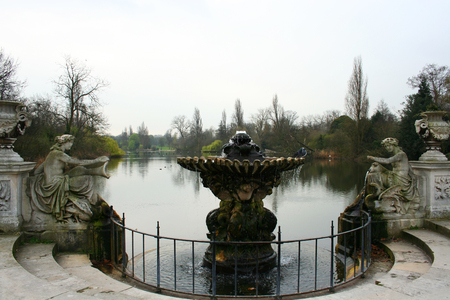 hyde: Hyde Park Fountain. View of the Long Water, in Kengsington Gardens, London
