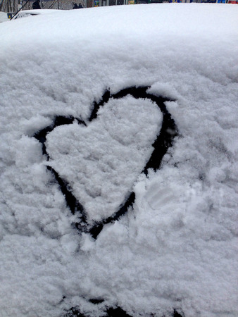 silhouette coeur: Winter love. Heart shape painted on frozen window Banque d'images