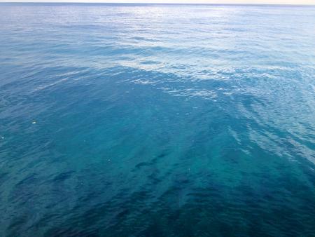 Wateroppervlakclose-up. Lage hoekmening, ondiep Stockfoto