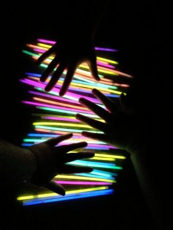 glow sticks bij het zwembad
