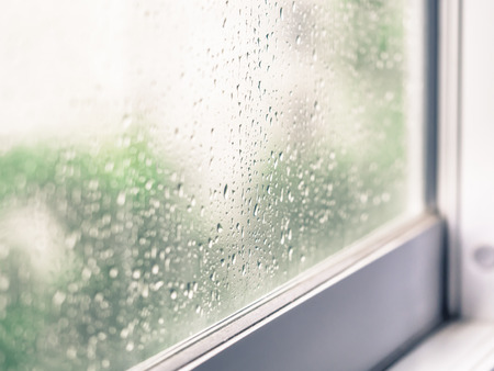 Gros plan de la pluie tombe sur la vitre