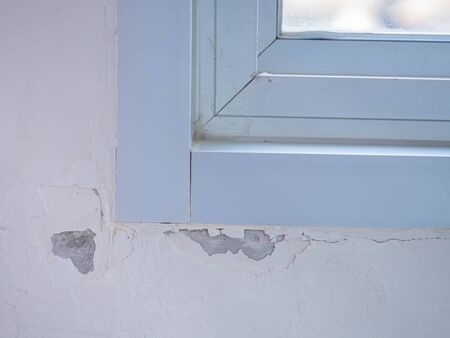 Paint blistering and peeling problems on the wall with aluminum window flame. Imagens - 143841665
