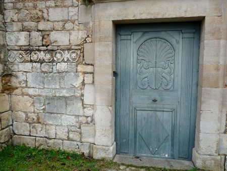 Arched entrance door to a church with carved detail Stock Photo - 4014773