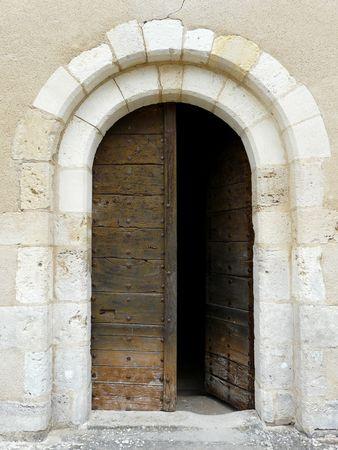 abriendo puerta: Arco iglesia medieval de piedra con puerta de dintel