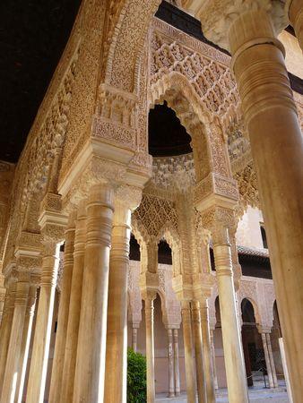 グラナダ: スペイン、グラナダのアルハンブラ宮殿のアーチ