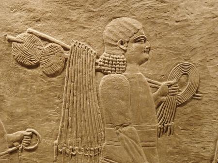 babylonian: Los antiguos asirios pared tallas de un hombre