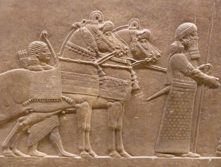 babylonian: Los antiguos asirios pared esculturas de hombres y caballos