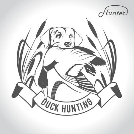 Chasse logo chien de chasse avec un canard sauvage dans ses dents et des éléments de conception. La tenue du chasseur.