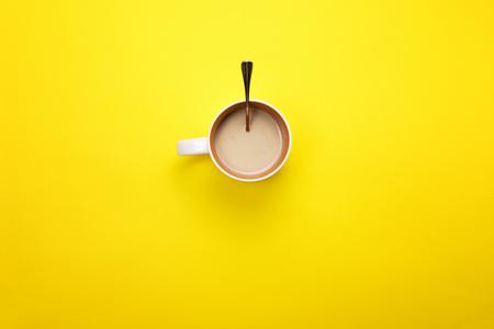 コーヒーと色付きの背景にスプーン一杯。コーヒー ブレークのコンセプト 写真素材