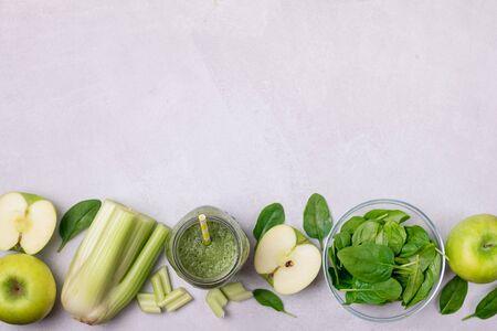 Glas mit gesundem grünem Smoothie-Detox-Getränk mit grünem Apfelsellerie und rohem Spinat-Diät-Getränk Textfreiraum
