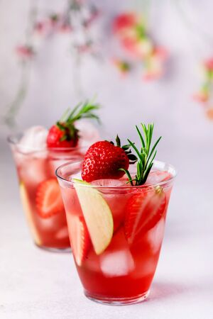 Glasses of Fresh and Cold Strawbery and Green Apple Lemonade Tasty and Healthy Summer Drink Cold Berry and Fruit Lemonade Vertical Close Up 免版税图像
