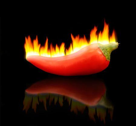 pepe nero: Flaming peperoncino su Nero.  Archivio Fotografico
