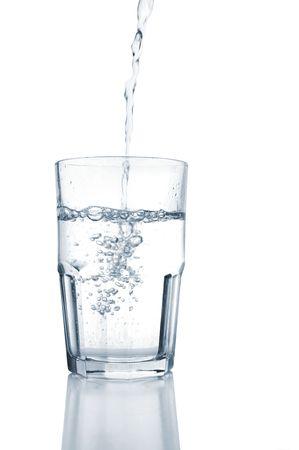 Water gieten in een glas, op wit Stockfoto - 2569034