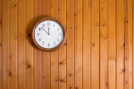Klok op houten muur Stockfoto - 2785552