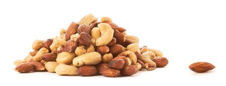 Een amandel naast een stapel van geroosterde noten van gemengde liggen.