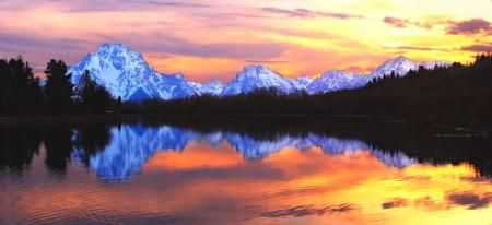 teton: Il Grand Tetons al tramonto riflette nella Snake River, da Oxbow Bend - Grand Teton National Park, Wyoming.