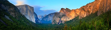 the valleys: Panorama of the Yosemite Valley at Sunset, as seen from Tunnel View. Stock Photo
