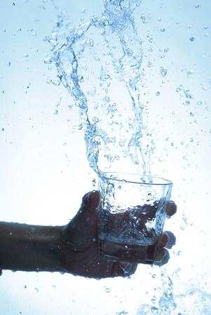 welling: Bottiglia di acqua in mano, in una pioggia di gocce d'acqua