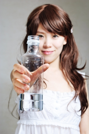 portrait of woman with bottle of water Banque d'images