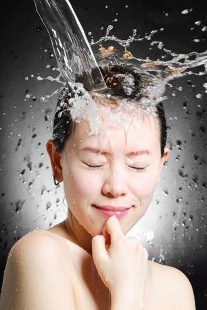 welling: giovane bella donna attraente di prendere doccia