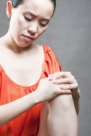 Blessure à la jambe. Femme tenant le genou endolori. Banque d'images - 14003928