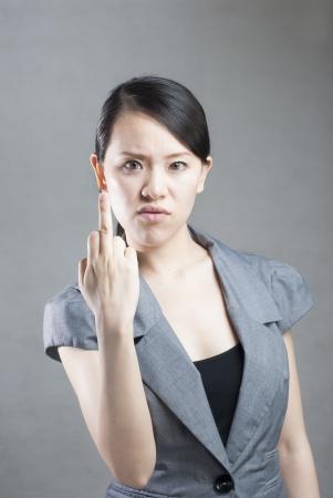 mujer fea: mujer hermosa, joven que muestra el dedo medio
