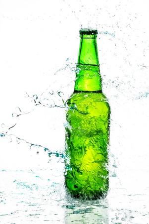 Bouteille de bière avec les projections d'eau Banque d'images - 15023752